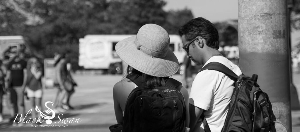 #couple #summer #streetphotography #busystreet #black&white #turist #interesting #waiting